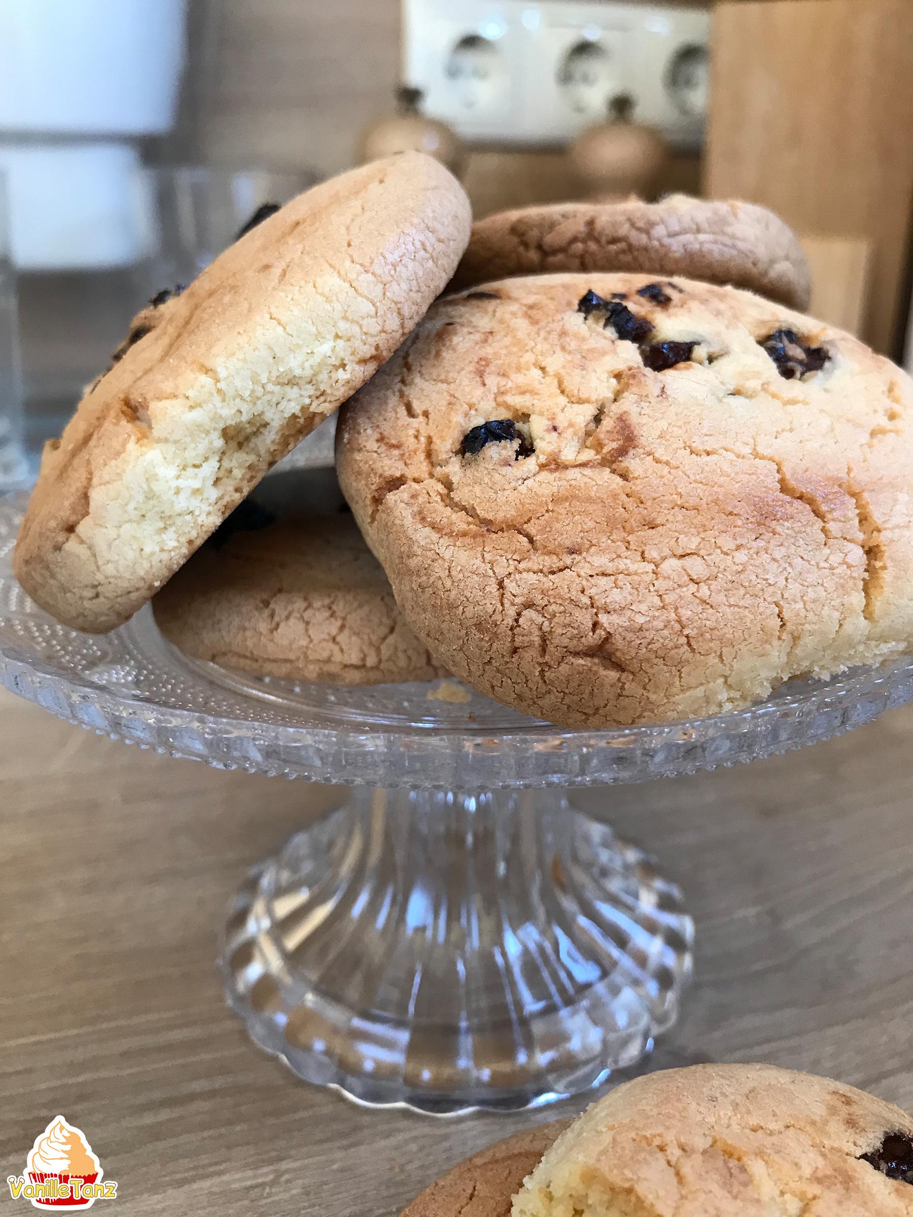 Kekse mit Rosinen auf einer Glasetagere. Kekse Nahaufnahme.