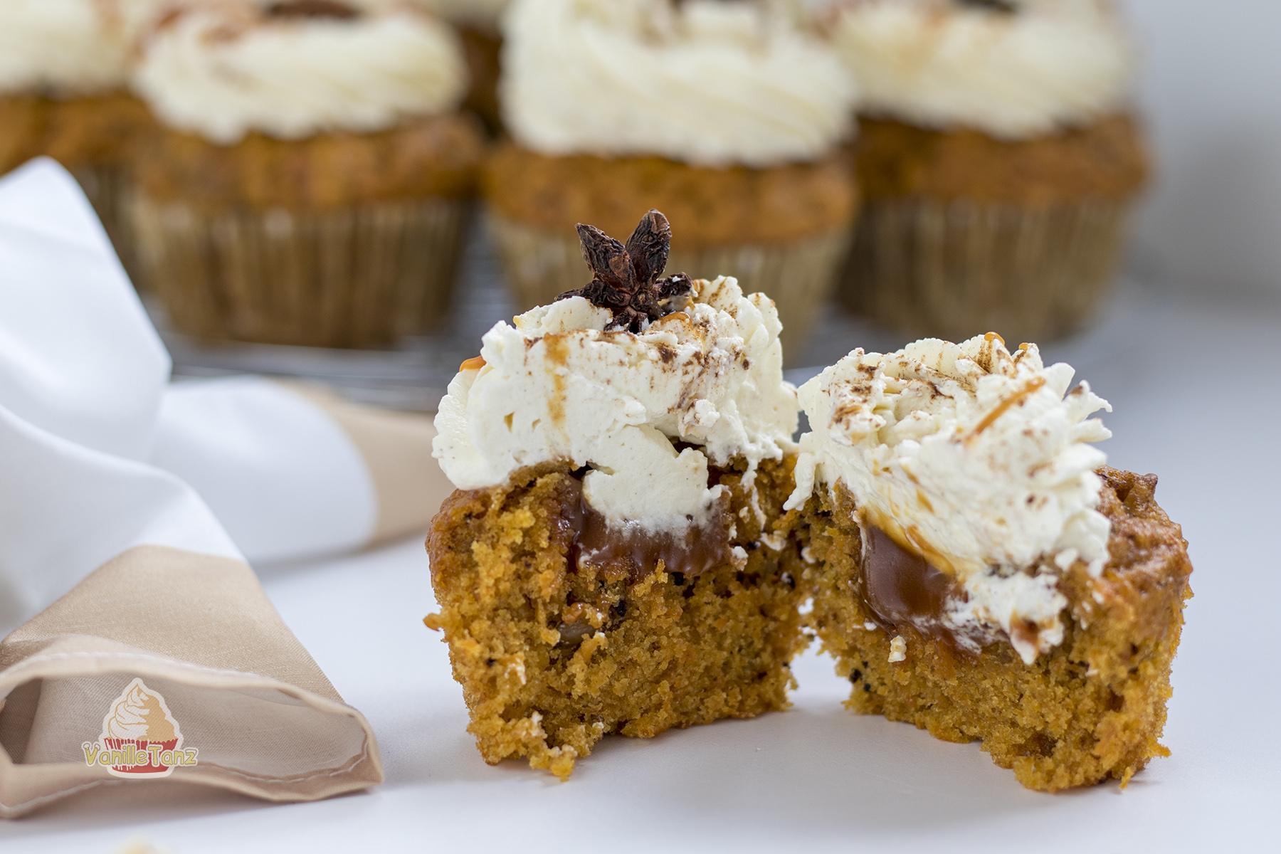 aufgeschnittener Karotten Cupcake mit Karamellfüllung und Frischkäse Haube