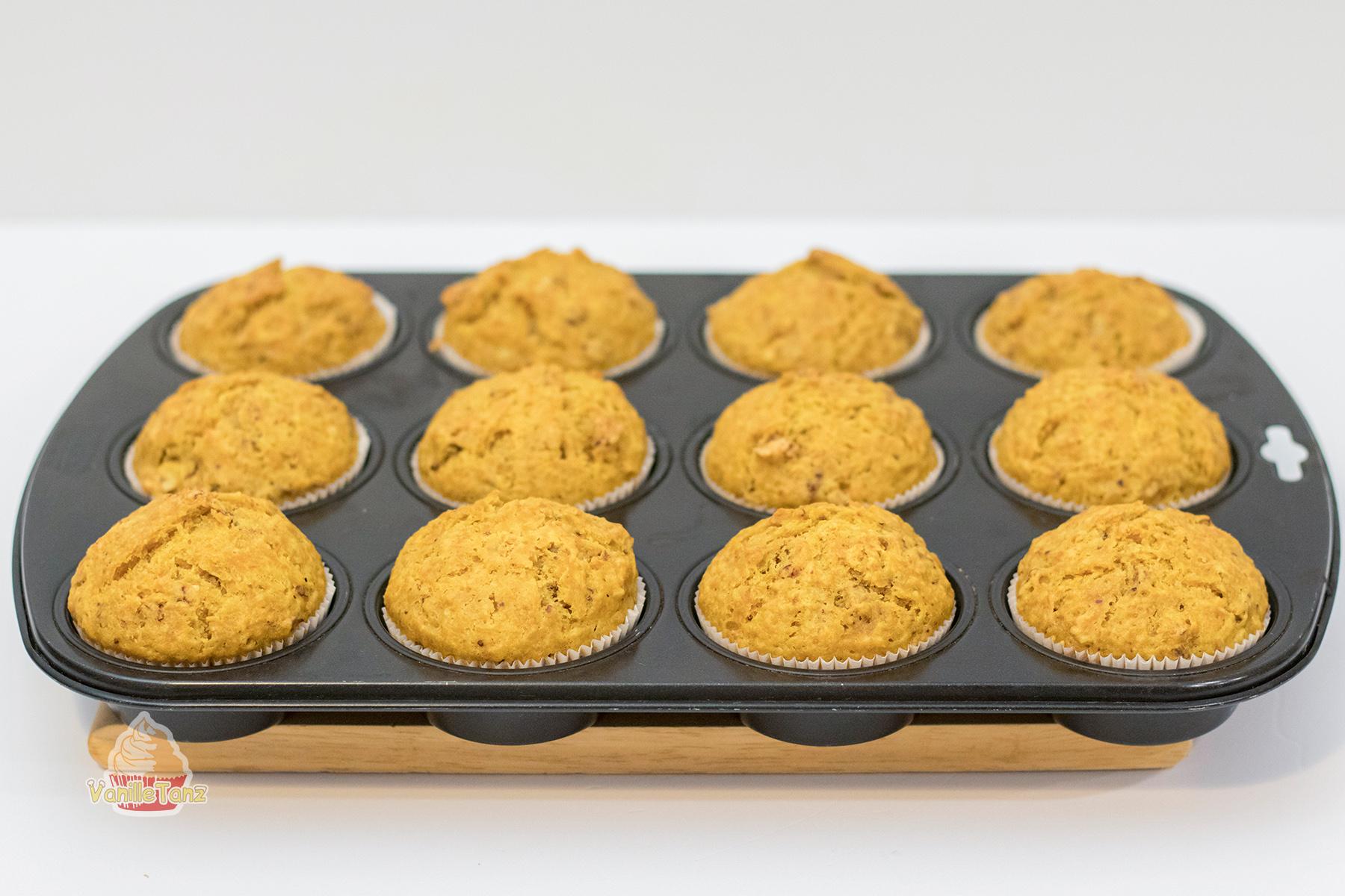Muffin Backform für zwölf Muffins mit fertig gebackenen Karotten Muffins
